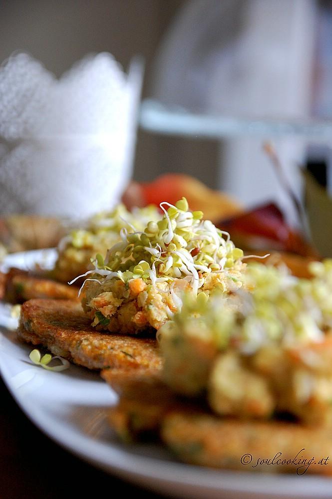 karottenpuffer mit humus und sprossen